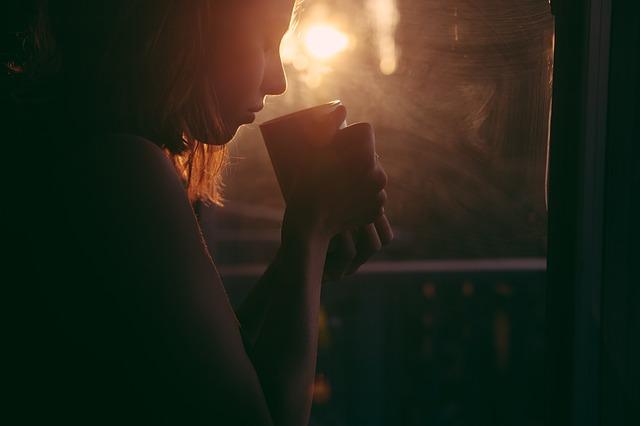 dívka pijící čaj.jpg