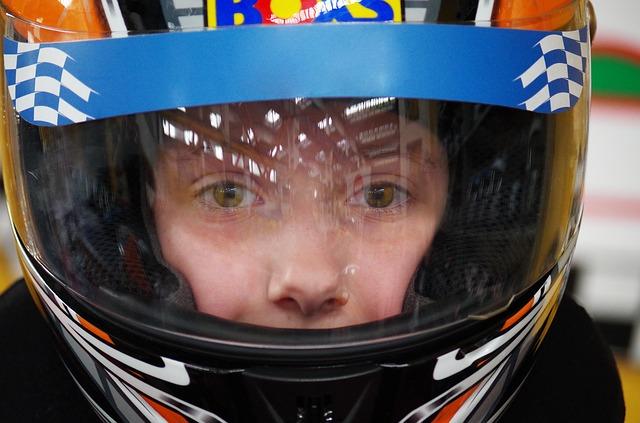 Ľudská tvár za plexisklom prilby na motorku
