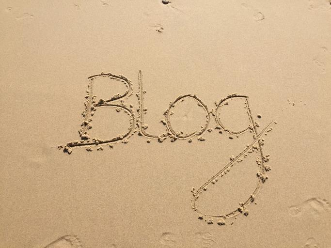 Slovo BLOG napísané v piesku