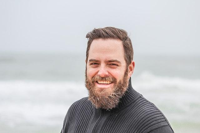 Muž s dlhou bradou sa usmieva